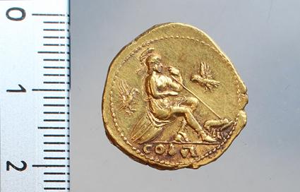 Une des monnaies en or, abandonnée au milieu des squelettes